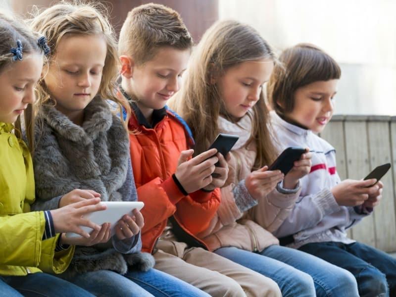Cand pot primi copiii un telefon mobil